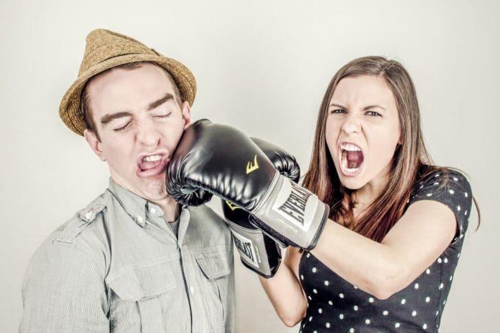 男に怒る女性