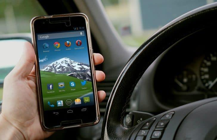 運転中にスマートフォン