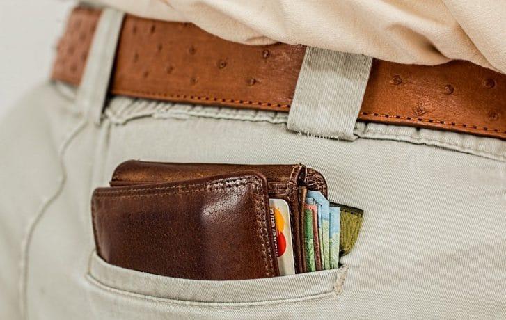 ポケットに入れた財布
