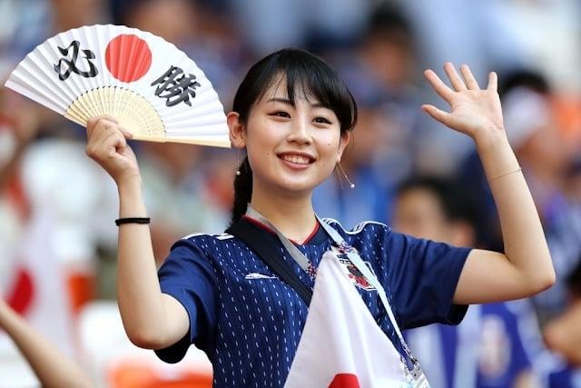 サッカー日本代表を応援する女性