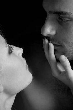 彼氏の唇をさわる
