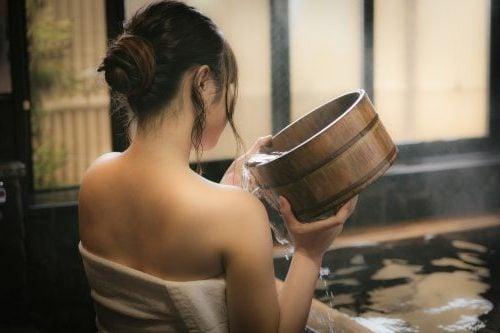 入浴する女子