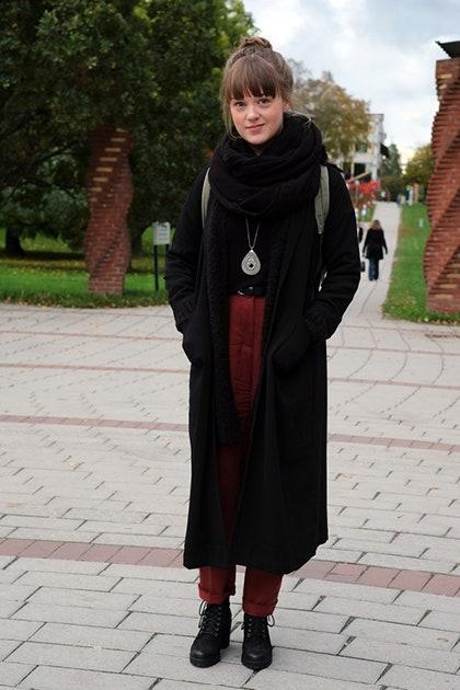 黒い服を着たスウェーデンの女性