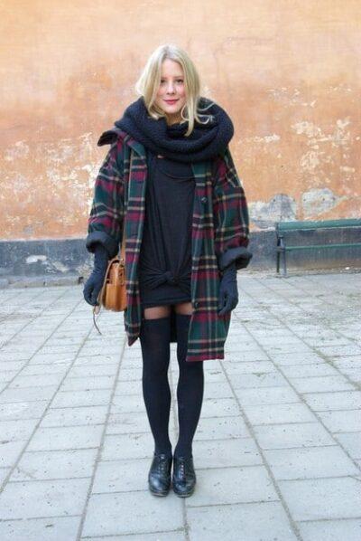 チェックのコートを着たスウェーデンの女性