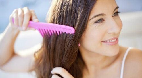 髪をブラッシングする