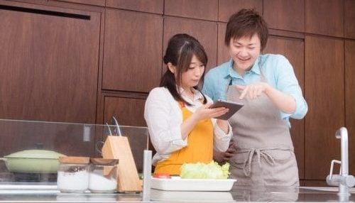 彼女に料理を教える