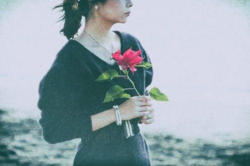 寂しそうな女性