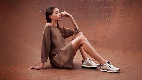 スニーカーを履くデンマーク女性