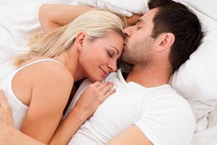 ベッドで寝るカップル